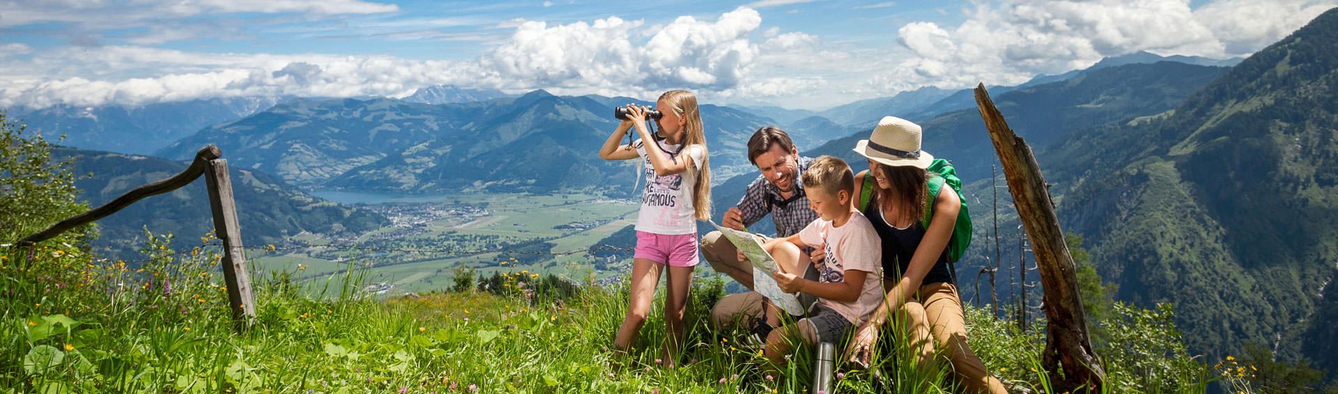 Familien wandert in den Bergen