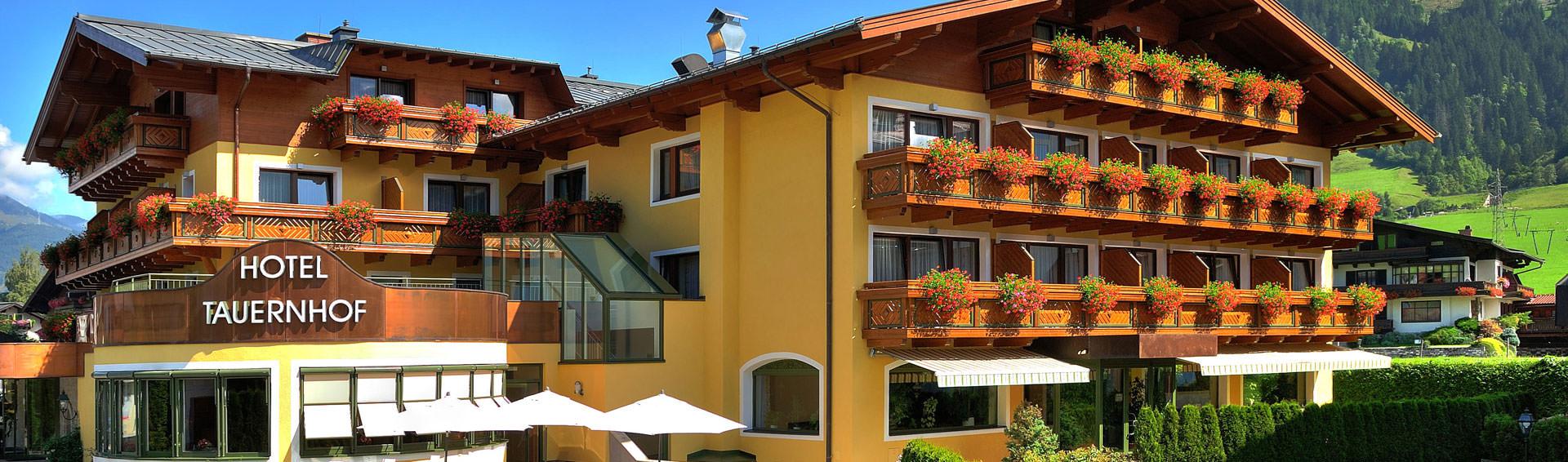 Außenansicht Hotel Tauernhof im Sommer