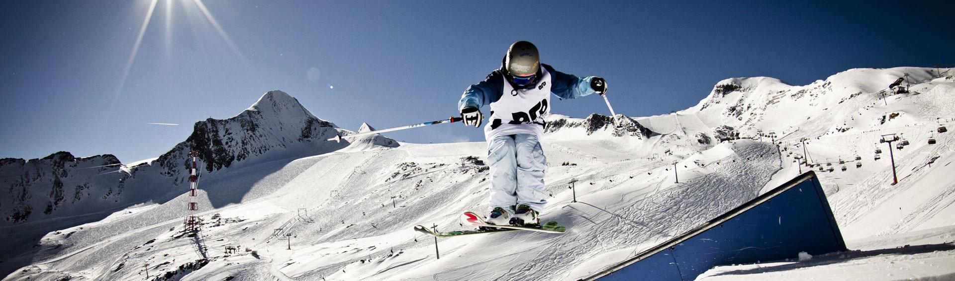 Skifahrer in einem Funpark in den Bergen