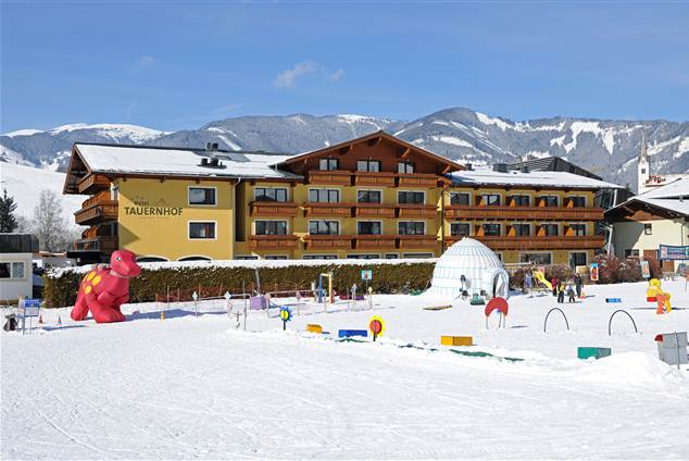 Exterior view Hotel Tauernhof in winter