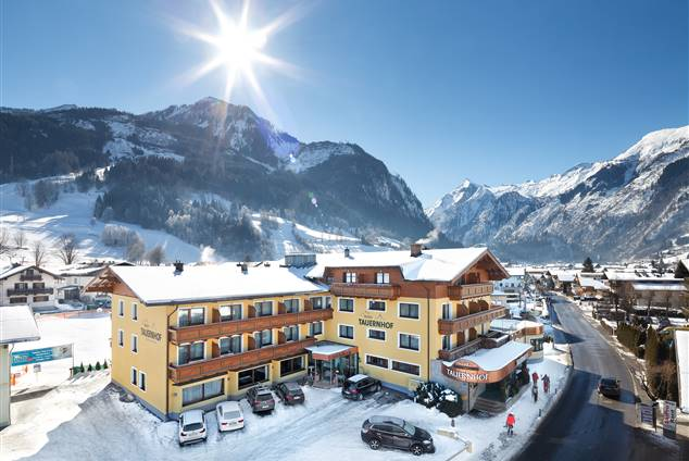 Exterior view Hotel Tauernhof in winter